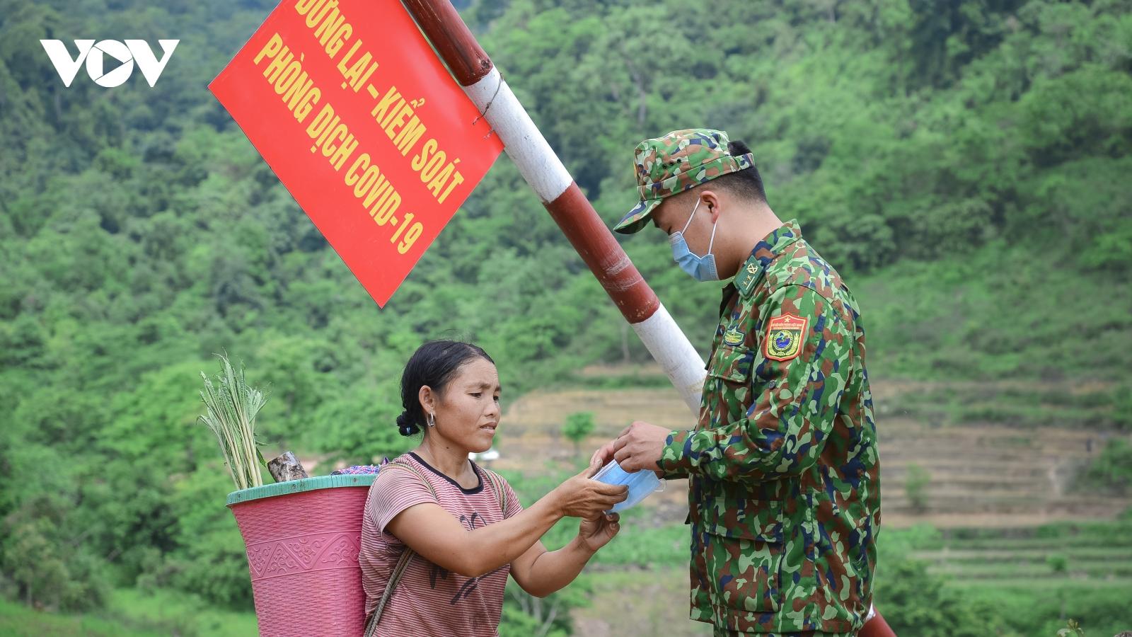Theo chân lực lượng biên phòng Điện Biên ngày đêm bám chốt chống dịch