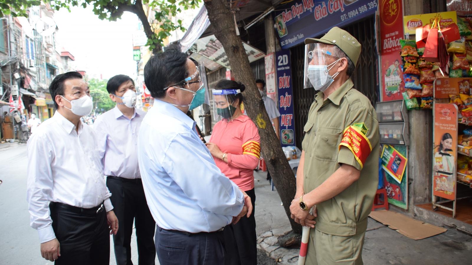 """Thị sát """"điểm nóng"""" COVID-19 tại Hà Nội, Thủ tướng đề nghị kiện toàn ngay lãnh đạo phường"""