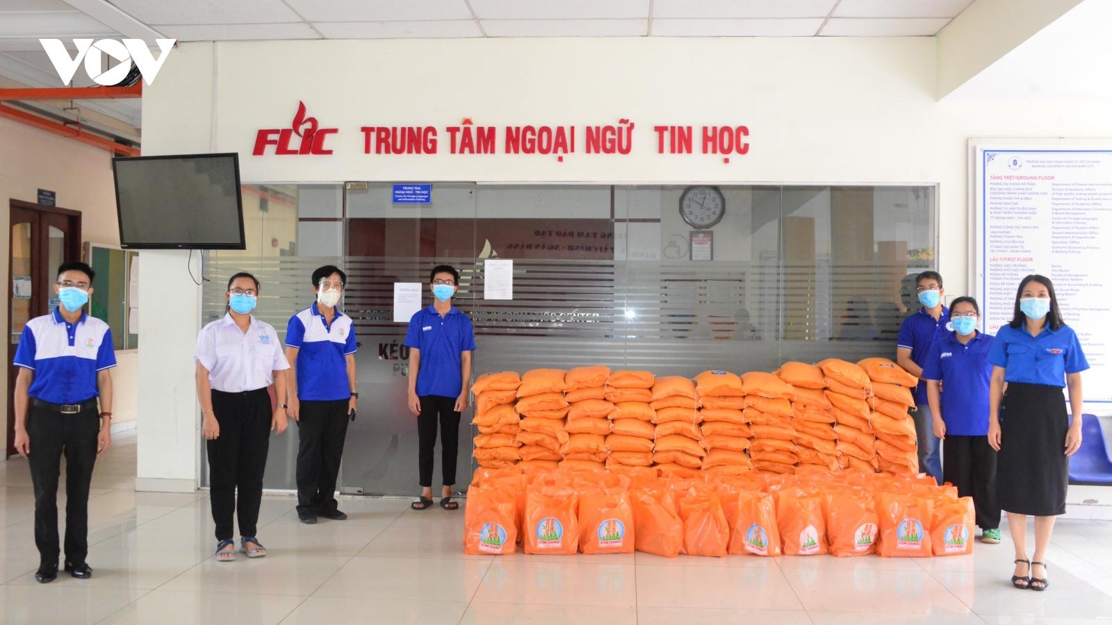 Quỹ từ thiện Kim Oanh tặng 180 tấn gạo cho người dân vùng dịch