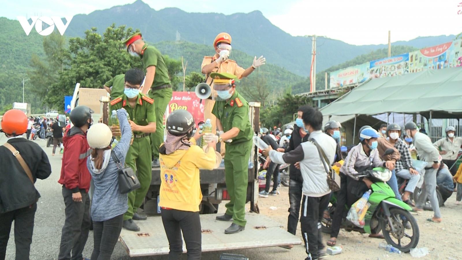 Người dân Thừa Thiên Huế tiếp sức cho bà con trên hành trình về quê