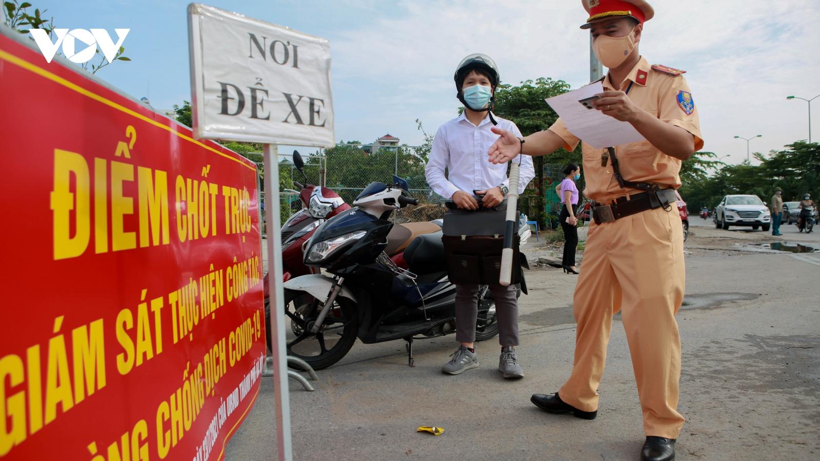 Nhiều người dân Thủ đô phải quay về khi xuất trình giấy đi đường nhưng không hợp lệ