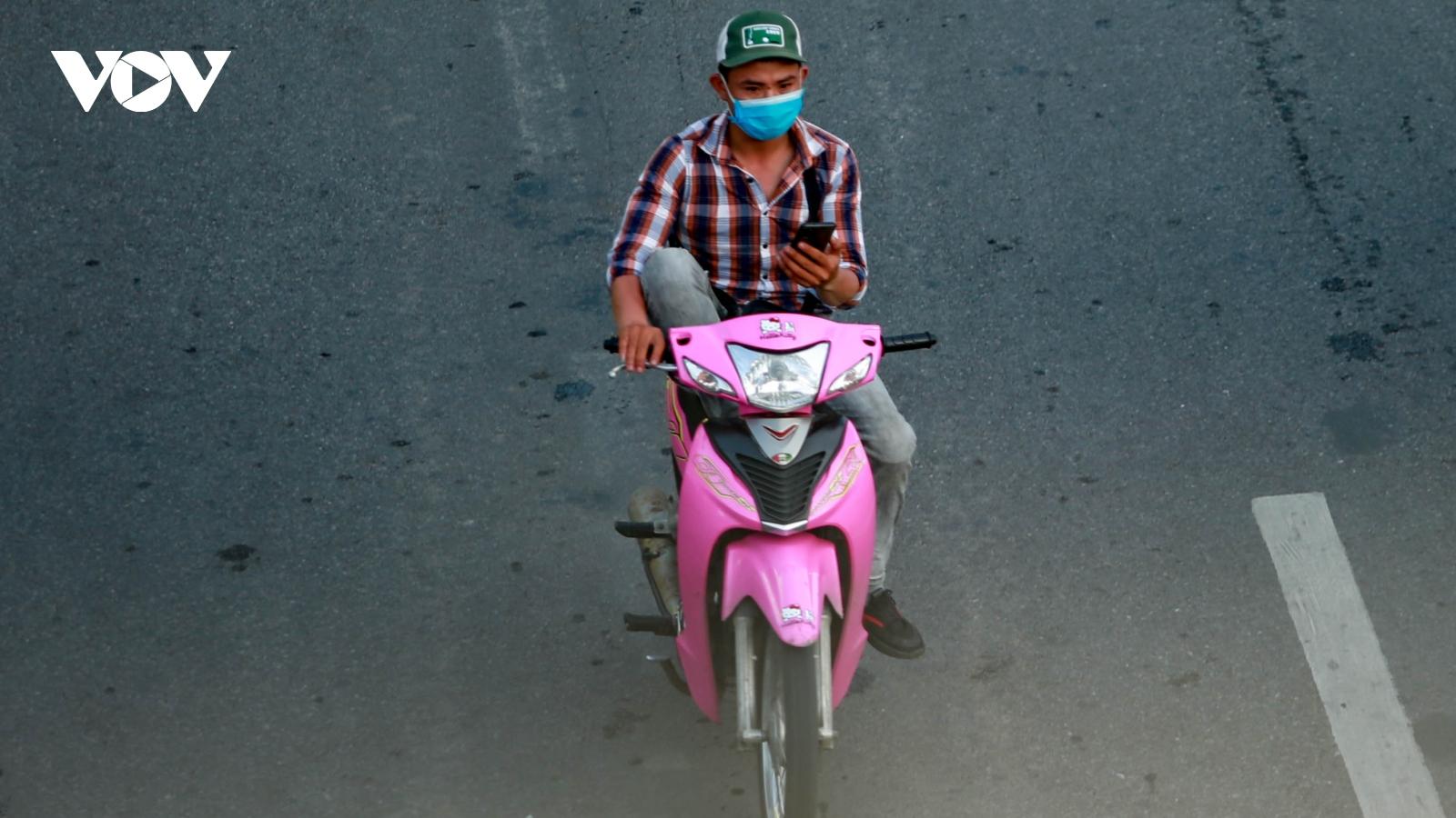 Muôn kiểu vi phạm giao thông trong thời gian Hà Nội giãn cách