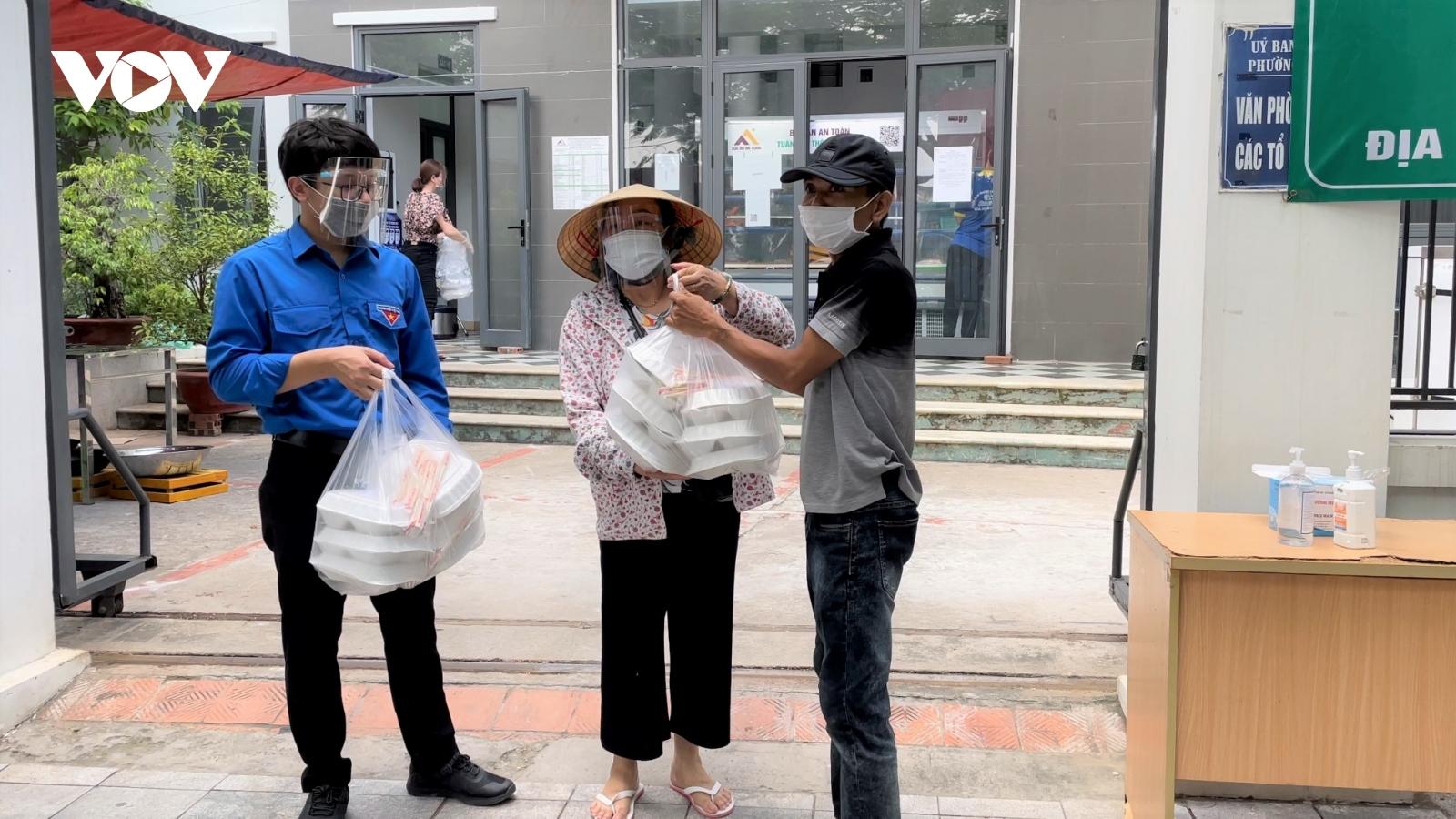 """Bếp ăn 0 đồng giúp người dân nghèo tại Hà Nội yên tâm """"ở tại chỗ"""" trong mùa dịch"""