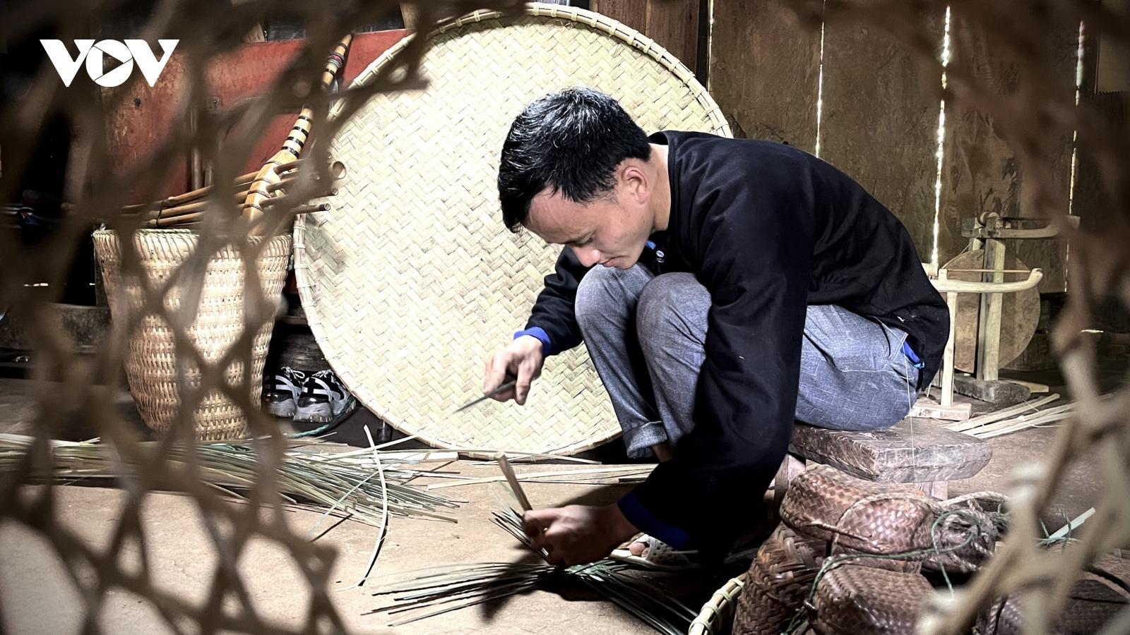 Chàng trai người Mông gìn giữ nghề đan lát truyền thống