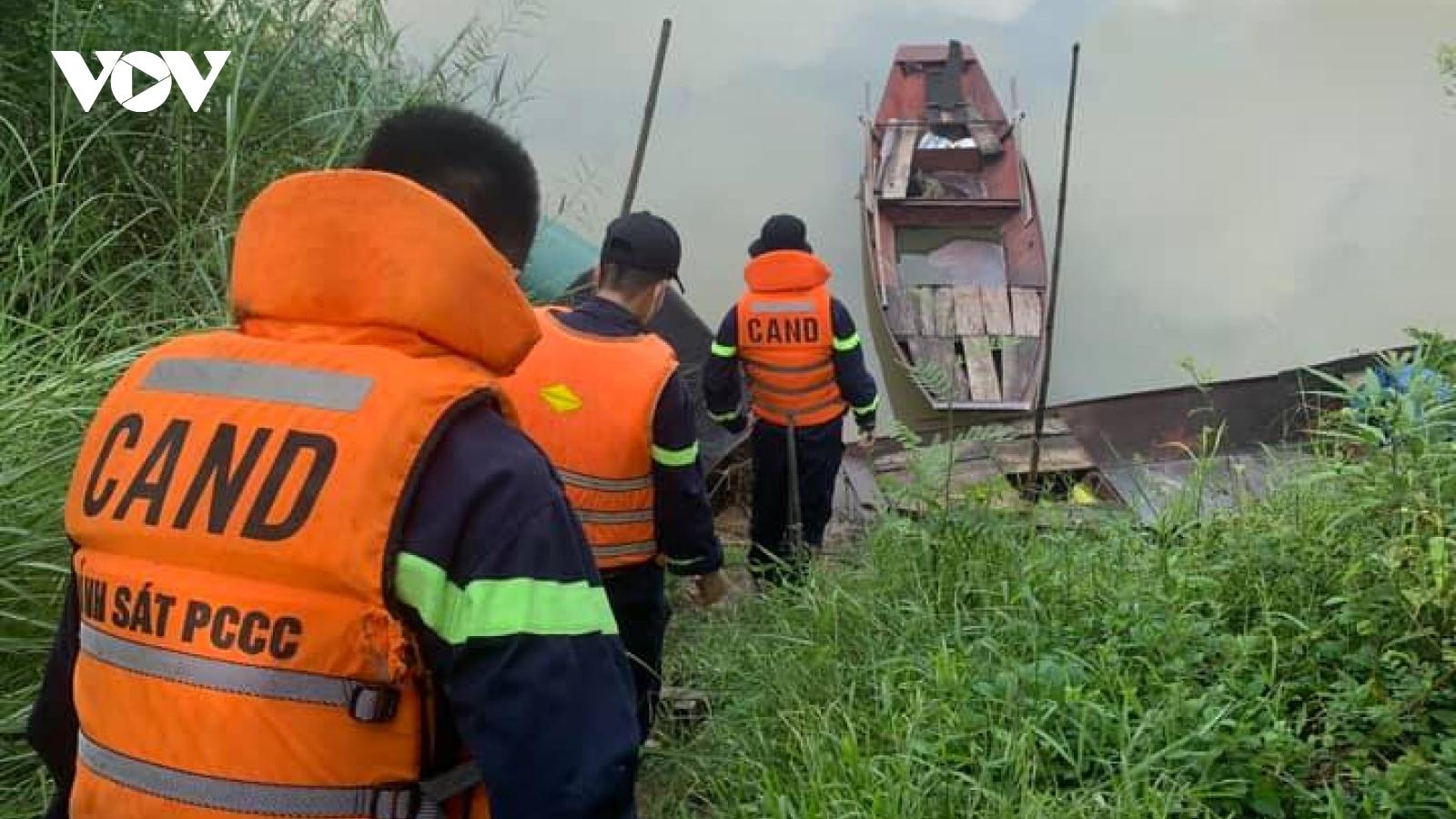 Tìm kiếm người phụ nữ nghi gieo mình xuống sông Lam