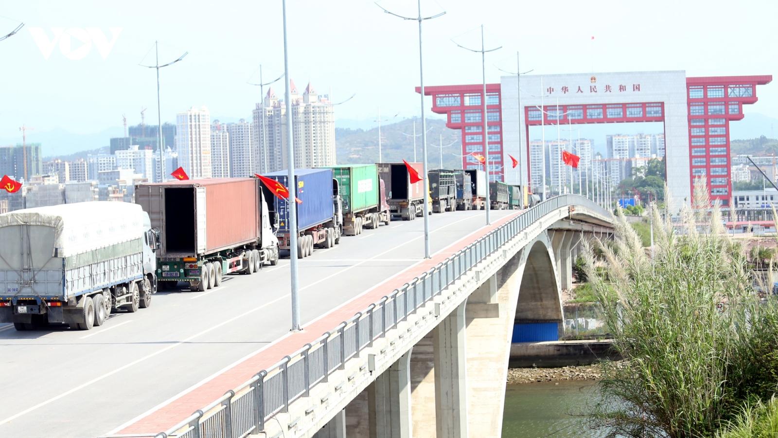 Nhập siêu 2,7 tỷ USD, xuất khẩu còn phụ thuộc rất lớn vào kiểm soát dịch