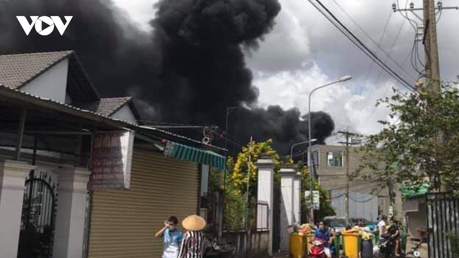 Cháy xưởng sản xuất mút xốp trong khu dân cư ở Bình Dương