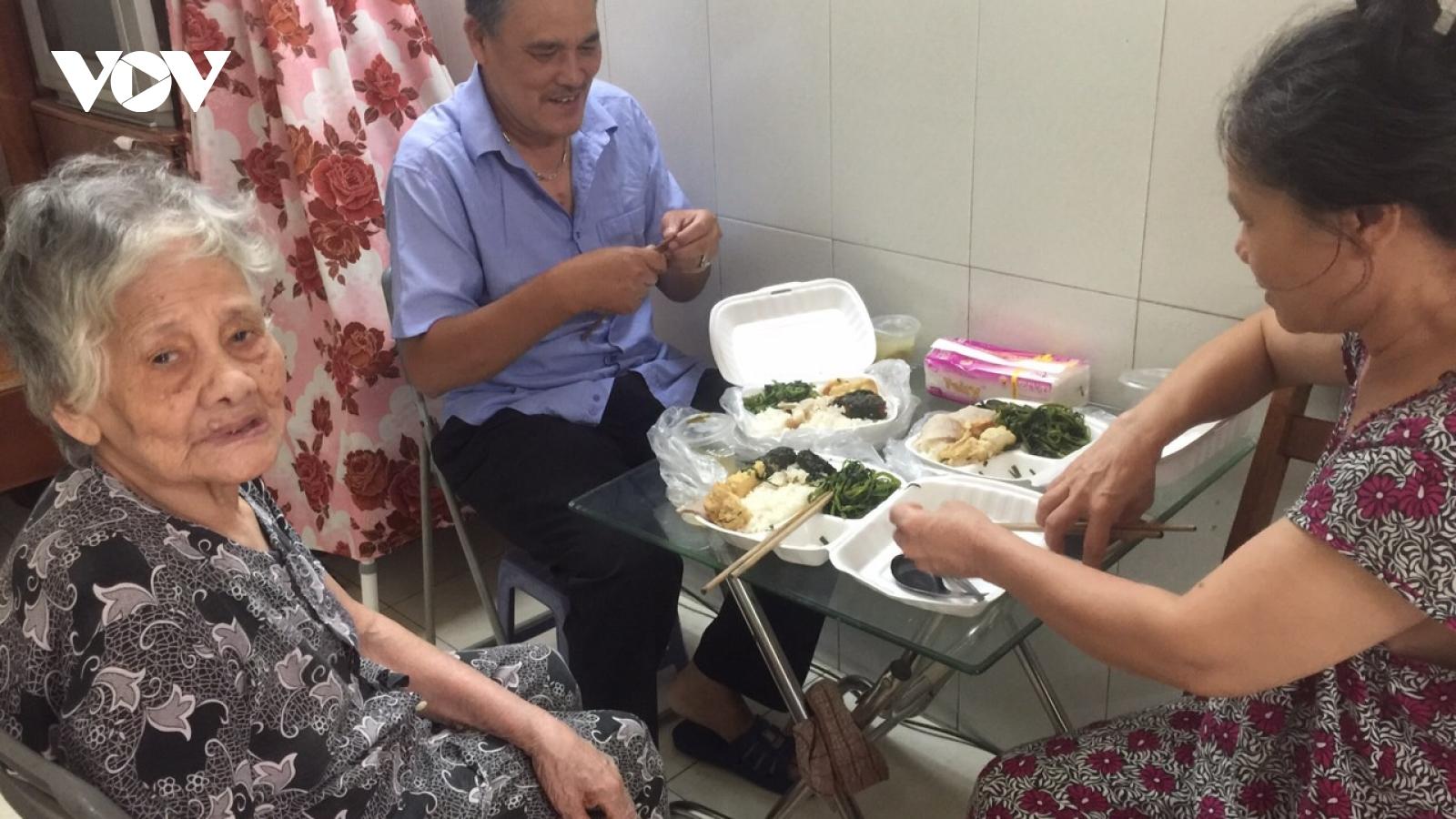 Bữa cơm nghĩa tình những ngày Hà Nội giãn cách xã hội