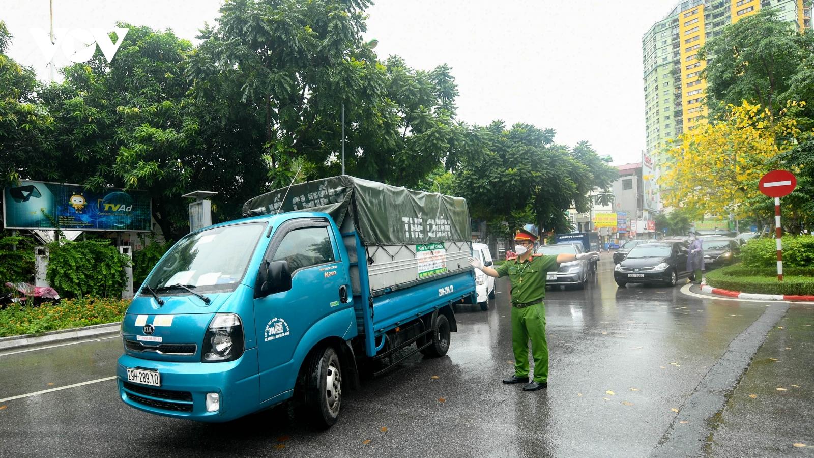 Nhiều người dân Hà Nội vẫn phải quay đầu xe vì giấy đi đường thiếu xác nhận của phường