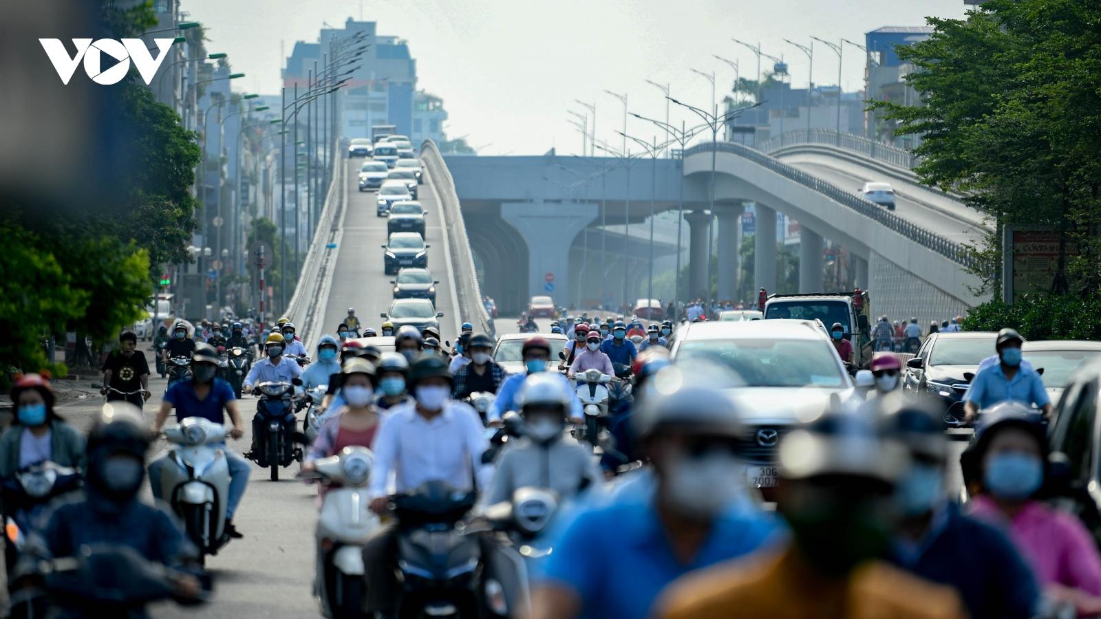 Đường phố Hà Nội đông đúc sáng thứ Hai đầu tuần, không đảm bảo giãn cách