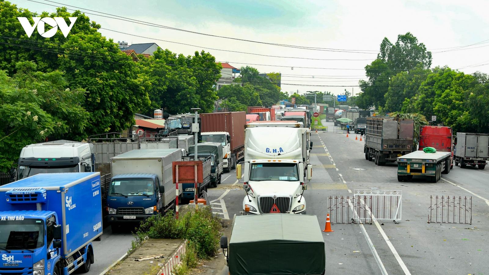 """Xe luồng xanh """"chôn chân"""" hơn 3 tiếng chờ qua chốt kiểm soát Hà Nội - Vĩnh Phúc"""