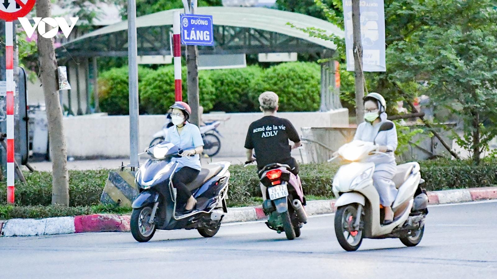 Đường vắng do giãn cách, nhiều người Hà Nội vượt đèn đỏ, đi lại vô ý thức