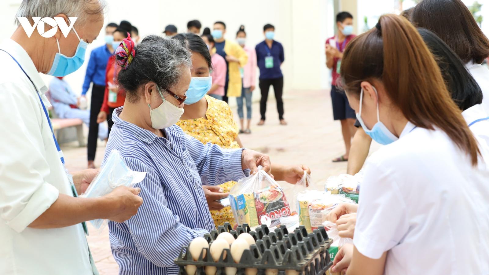 """""""Gian hàng 0 đồng"""" ở Sơn La giúp bệnh nhân vơi đi khó khăn"""