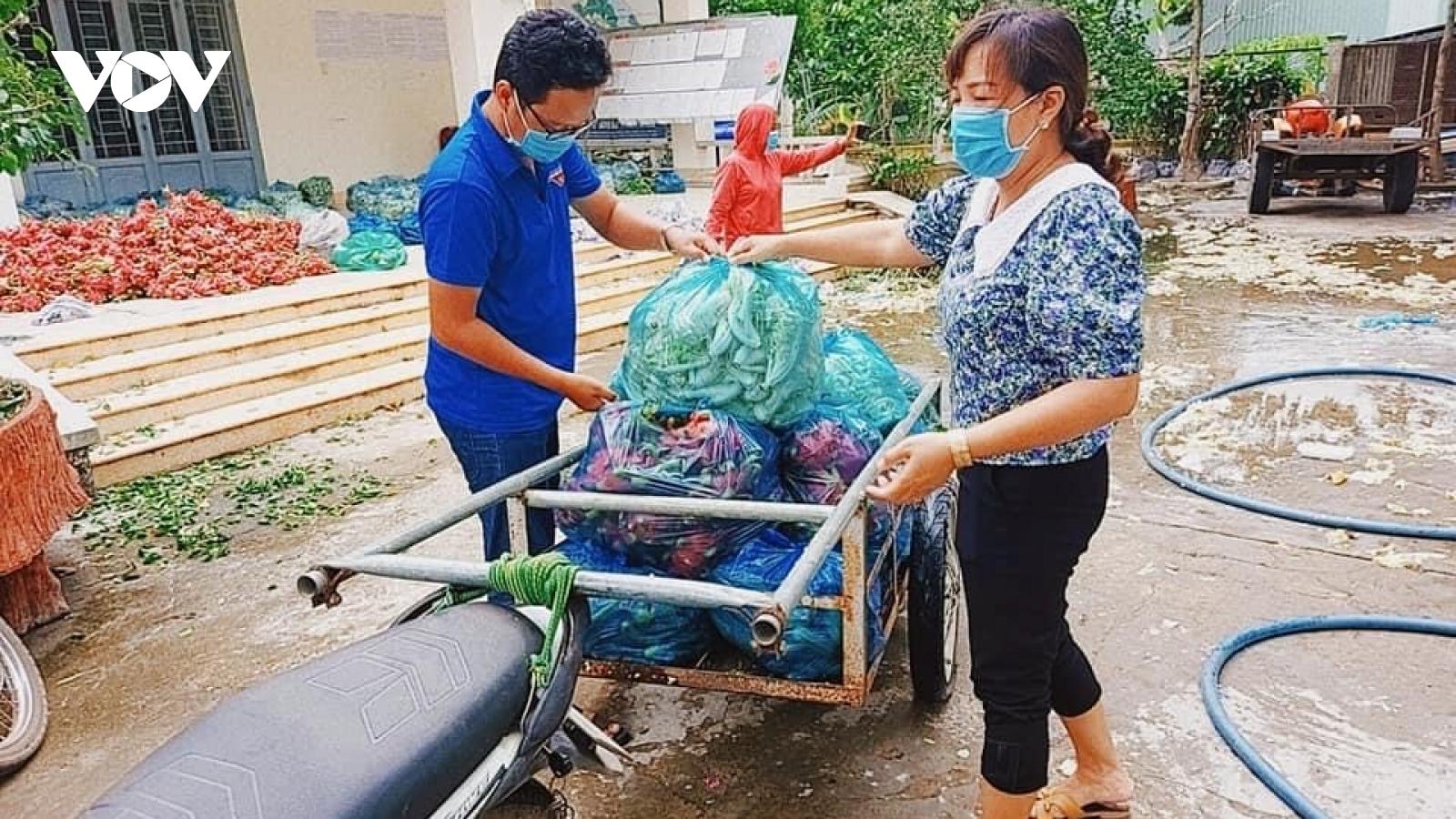 Người dân vùng biên giới Long An hỗ trợ nhau trong dịch bệnh