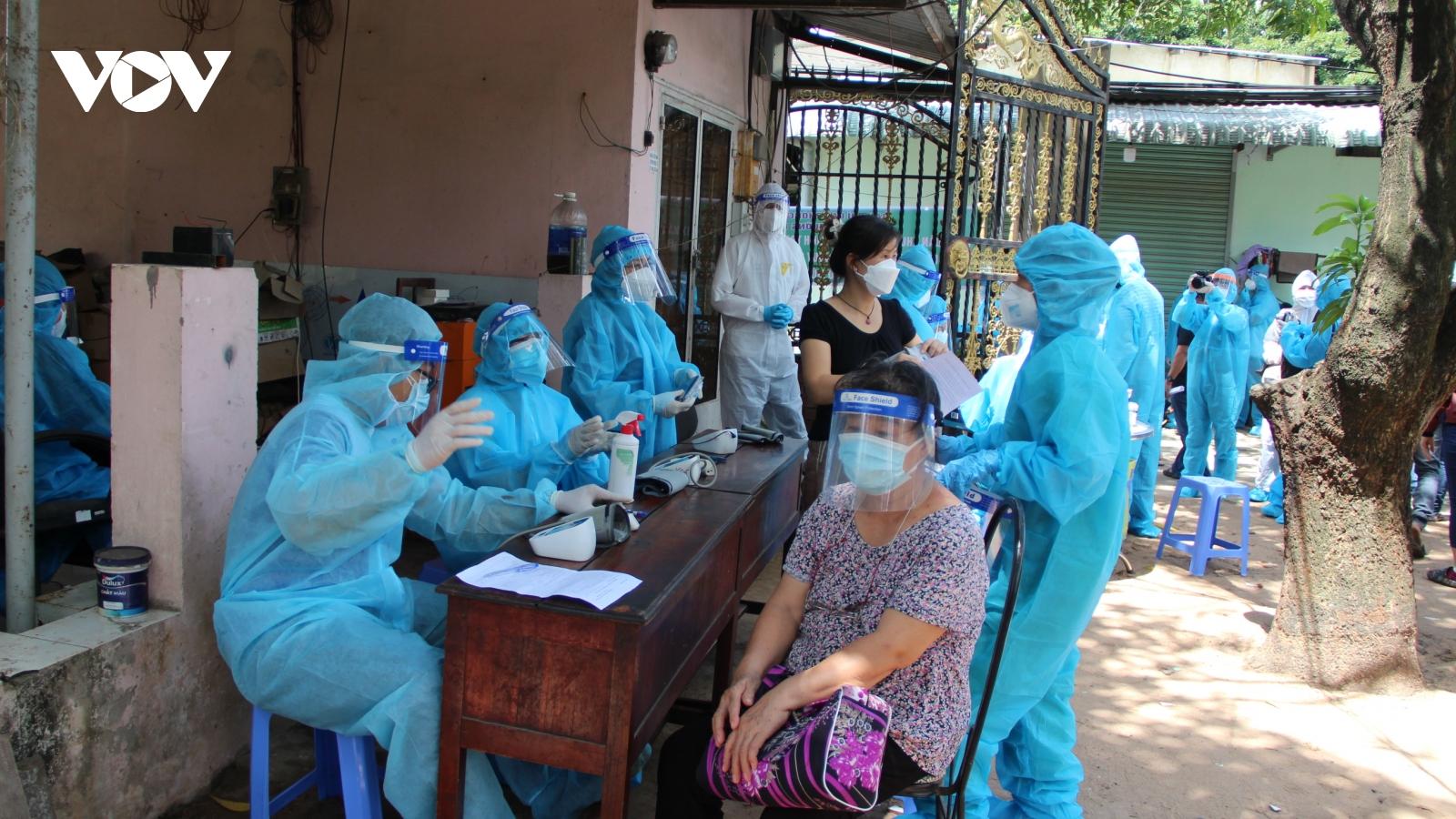 Đội tiêm lưu động của TP.HCM tiêm ngừa Covid-19 cho người dân khu vực phong toả