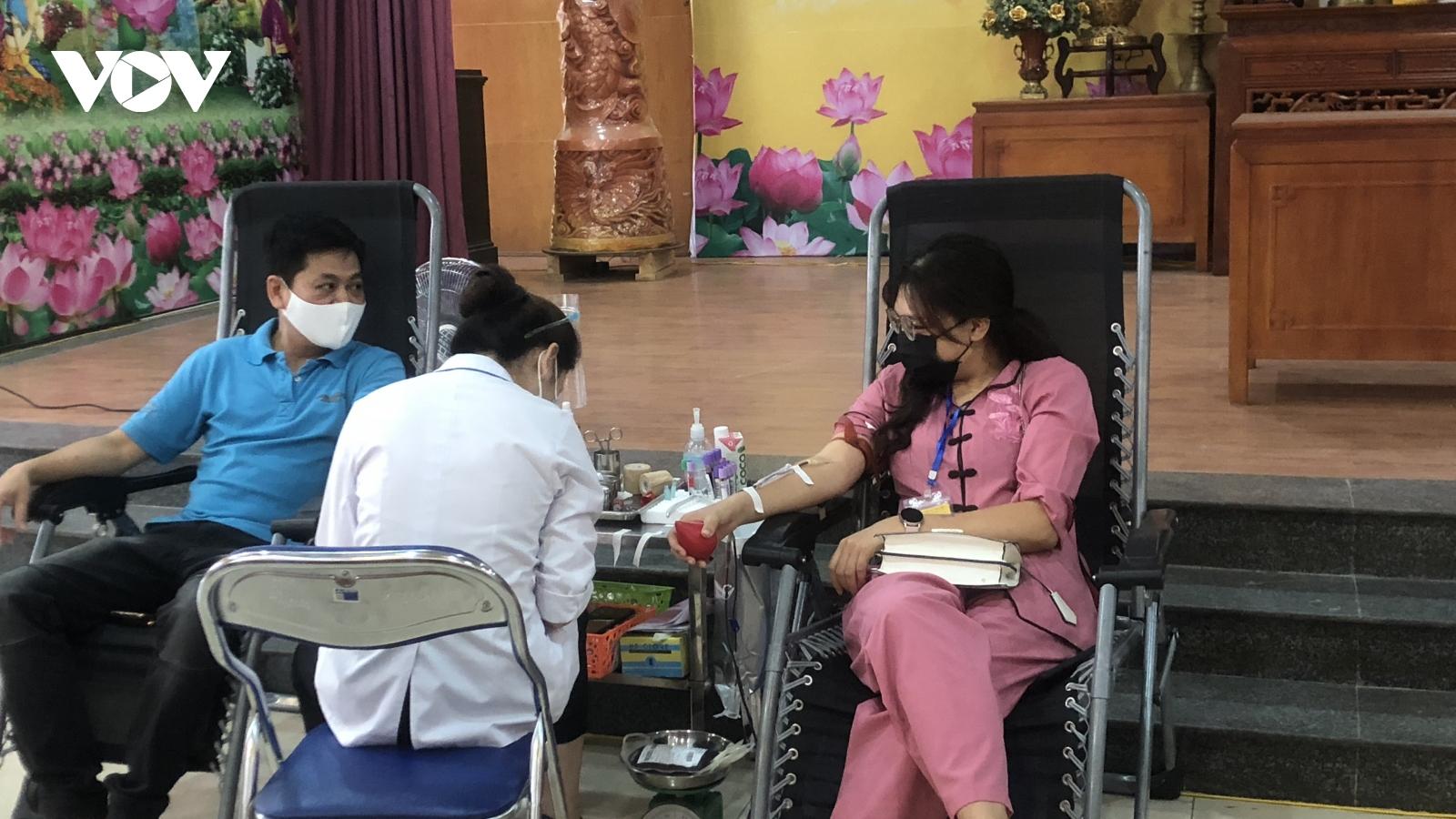 Người dân Hà Nội hiến máu giúp sức cùng miền Nam chống dịch