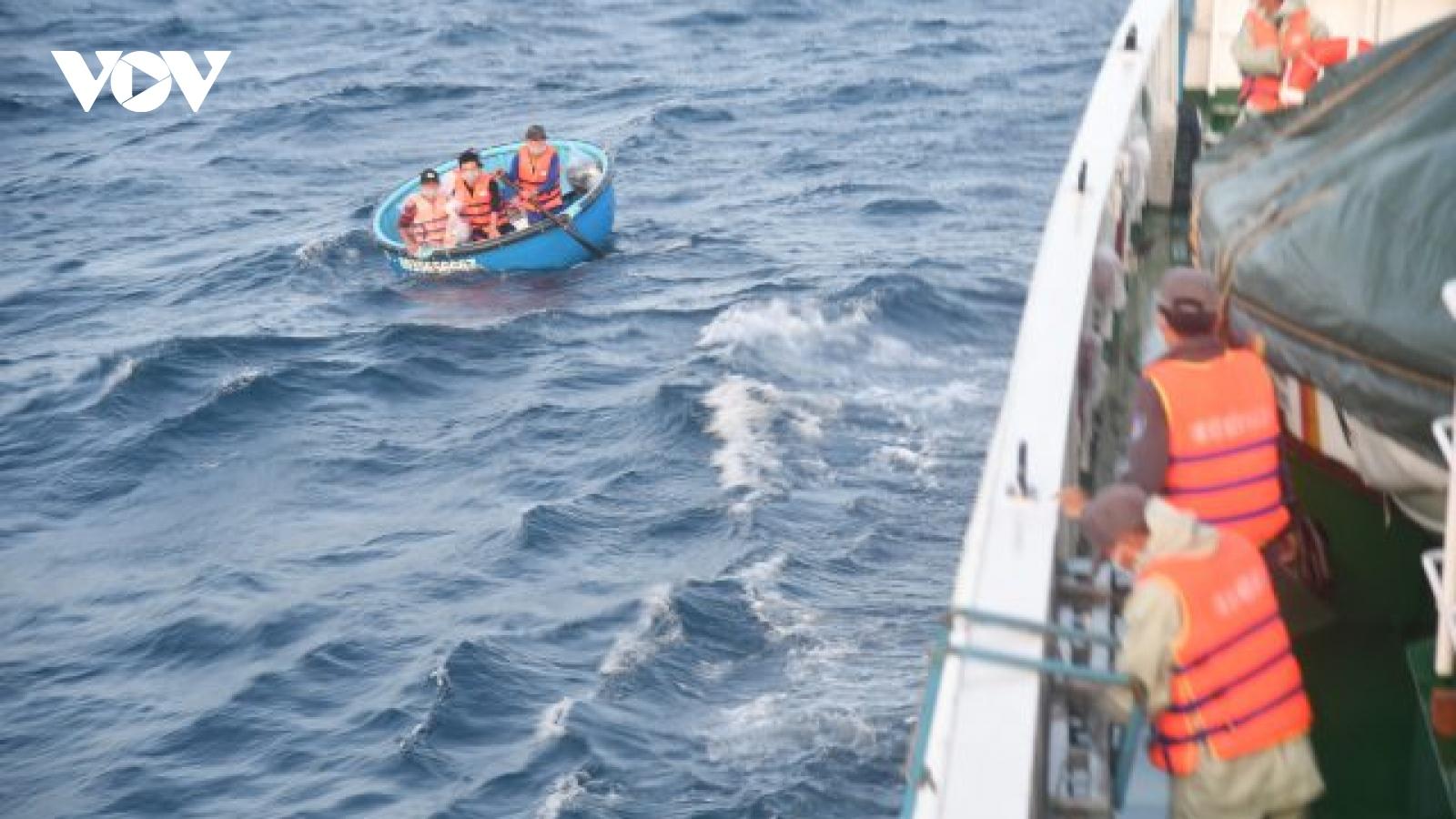 Tàu KN468 đưa 04 ngư dân bị nạn từ tàu cá PY 94477 TS về Cam Ranh an toàn