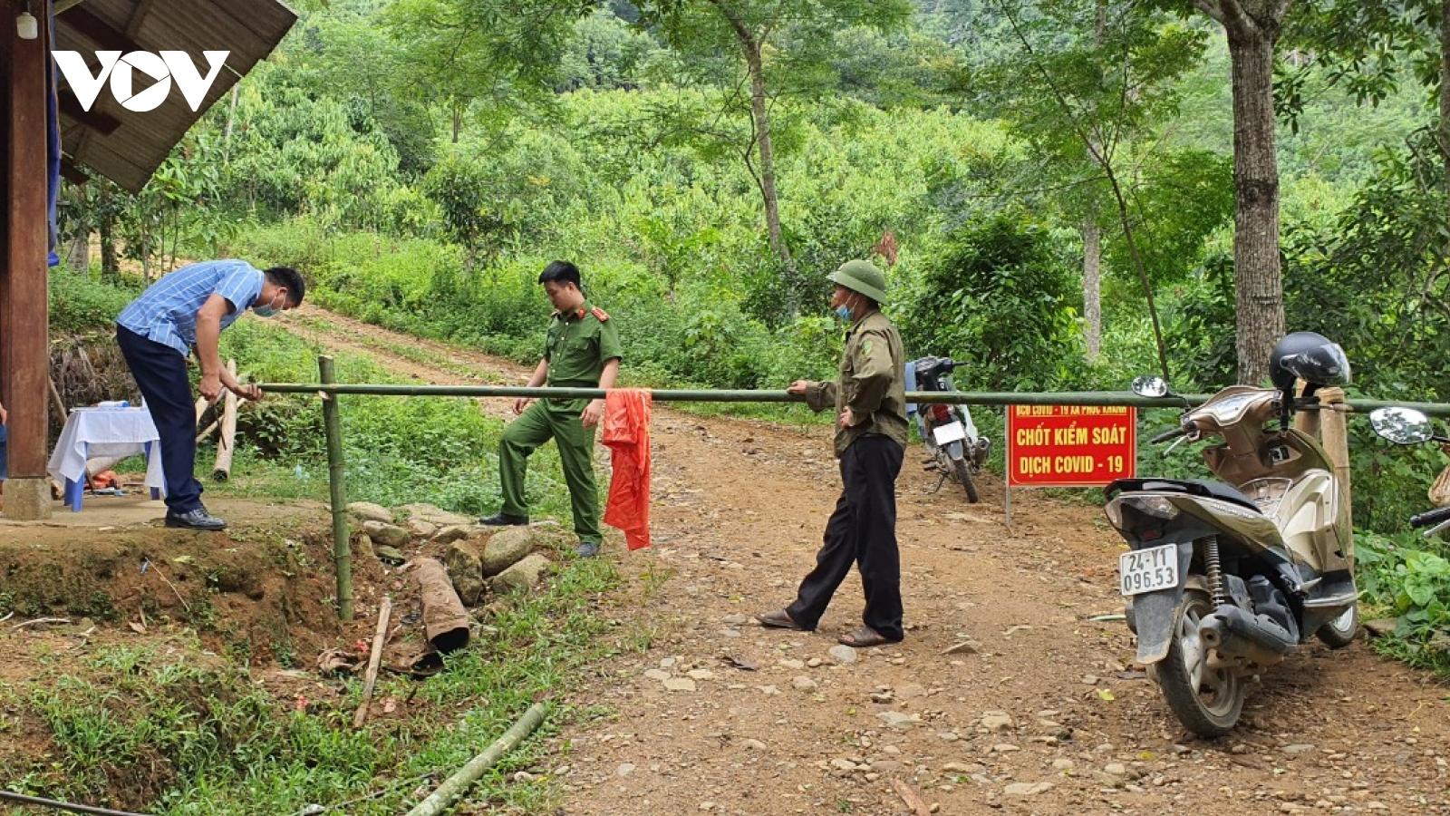 Lào Cai lập chốt chặn tại đường mòn trong rừng để kiểm soát công dân về địa phương