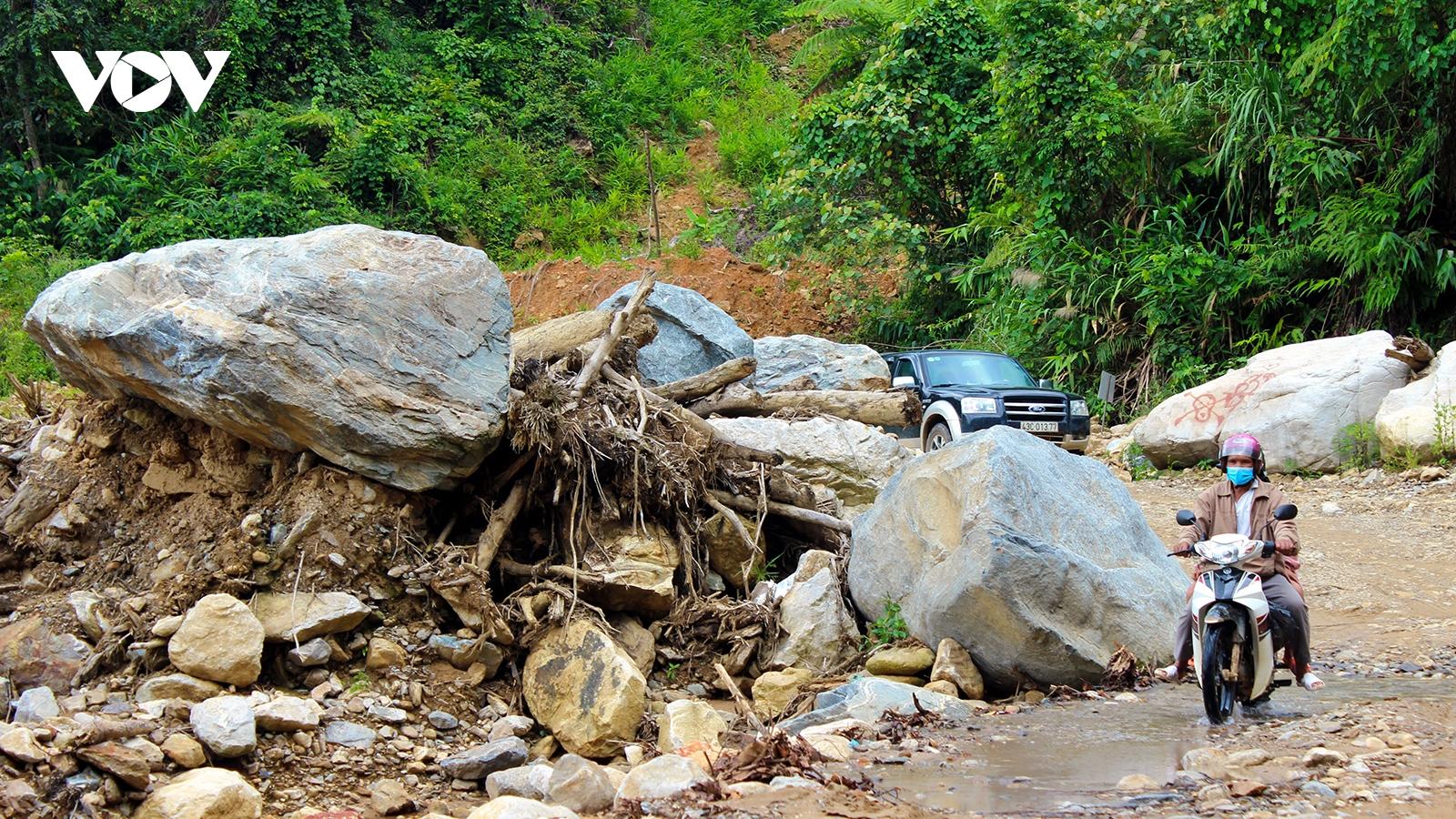 Nhiều tuyến đường huyết mạch ở miền núi Quảng Nam chậm được sửa chữa vì vướng thủ tục