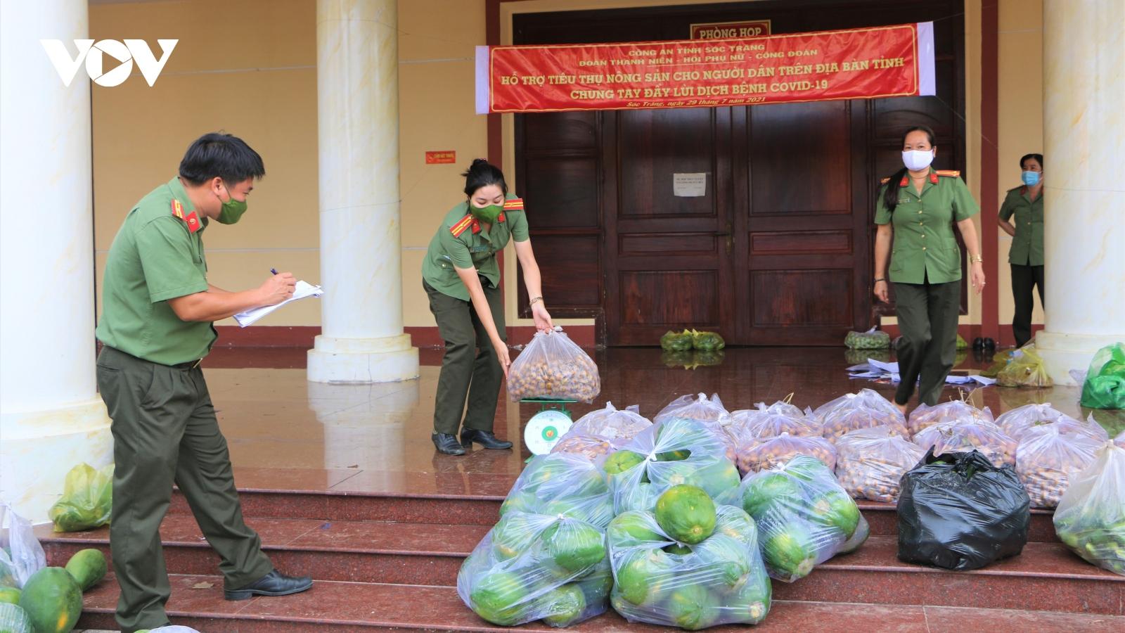 Cán bộ, chiến sĩ tham gia cùng người dân thu hoạch, hỗ trợ tiêu thụ nông sản