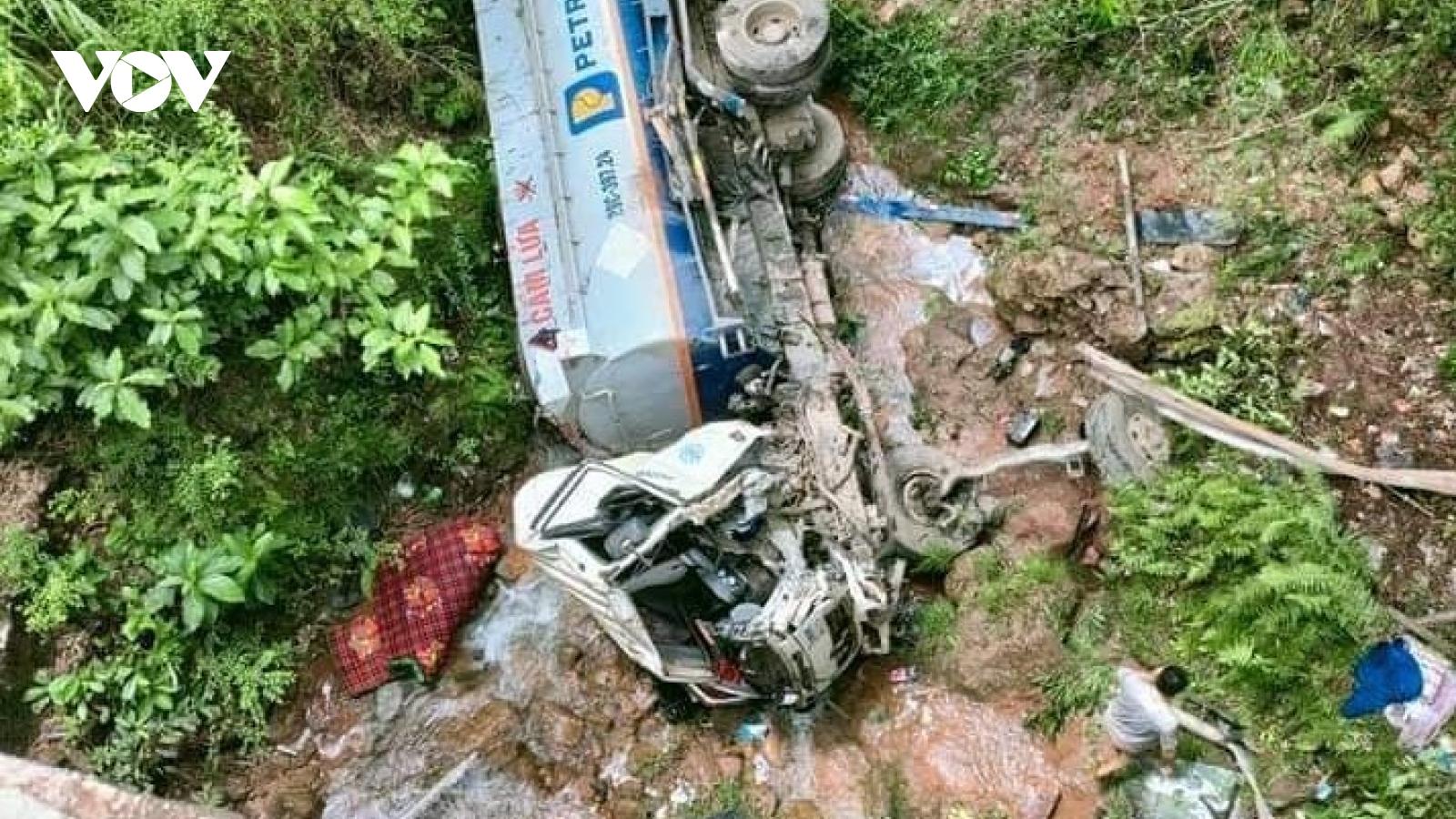Xe chở xăng tại Sơn Lalao xuống vực, tài xế bị thương