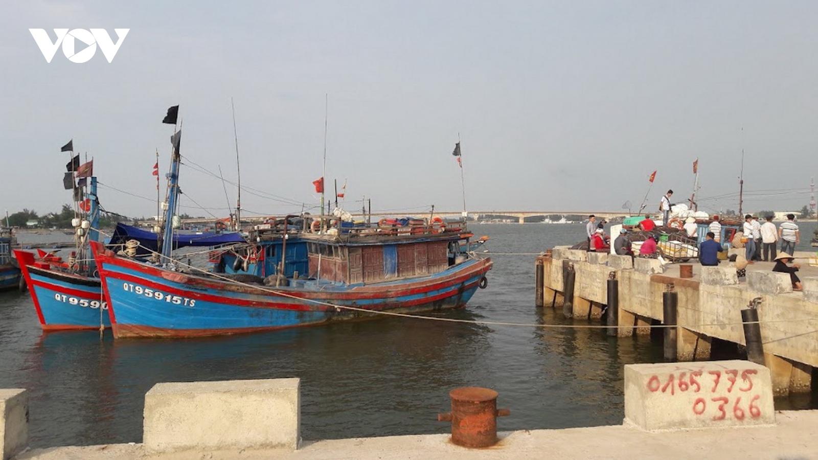 Tạm dừng tàu thuyền đi lại giữa các cảng cá Quảng Bình và Quảng Trị