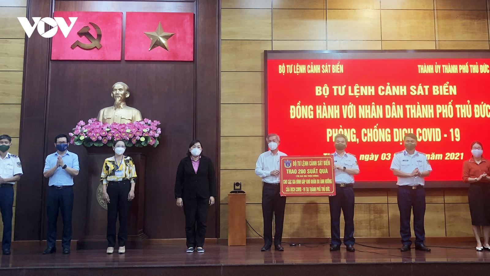 Bộ Tư lệnh Cảnh sát biểntặng quà cho dân nghèo TP.Thủ Đức