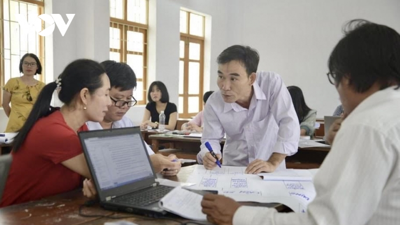 Giáo viên vùng cao chạy máy nổ lấy điện học online, chuẩn bị cho chương trình GDPT mới