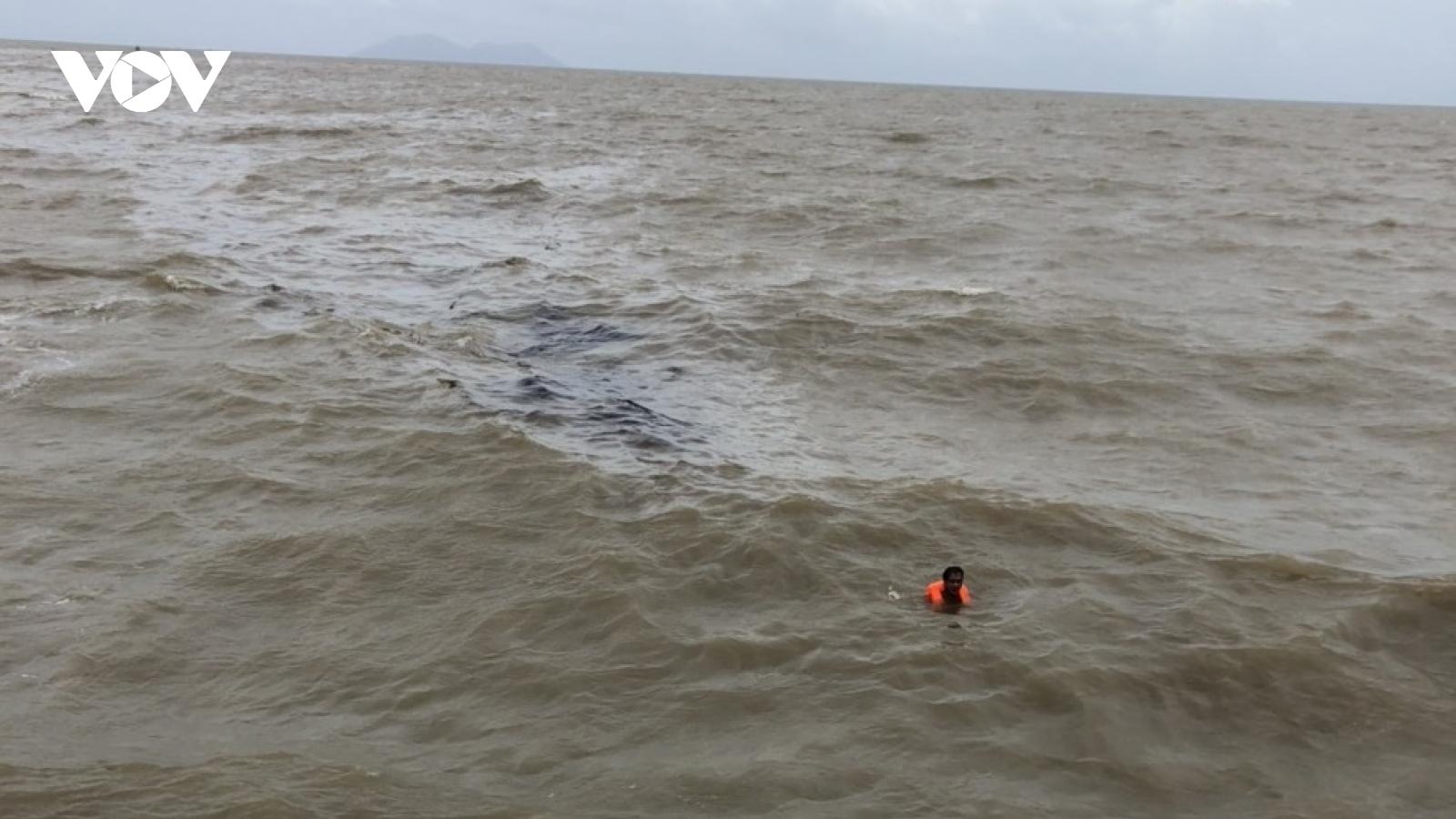 Sóng biển lớn khiến một tàu chở vật liệu xây dựng bị chìm trên biển ở Kiên Giang