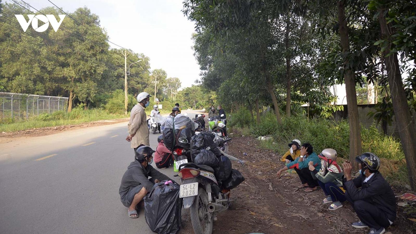 Người dân tự ý đi xe máy về quê, phảikịp thời hỗ trợ để an tâm ở lại