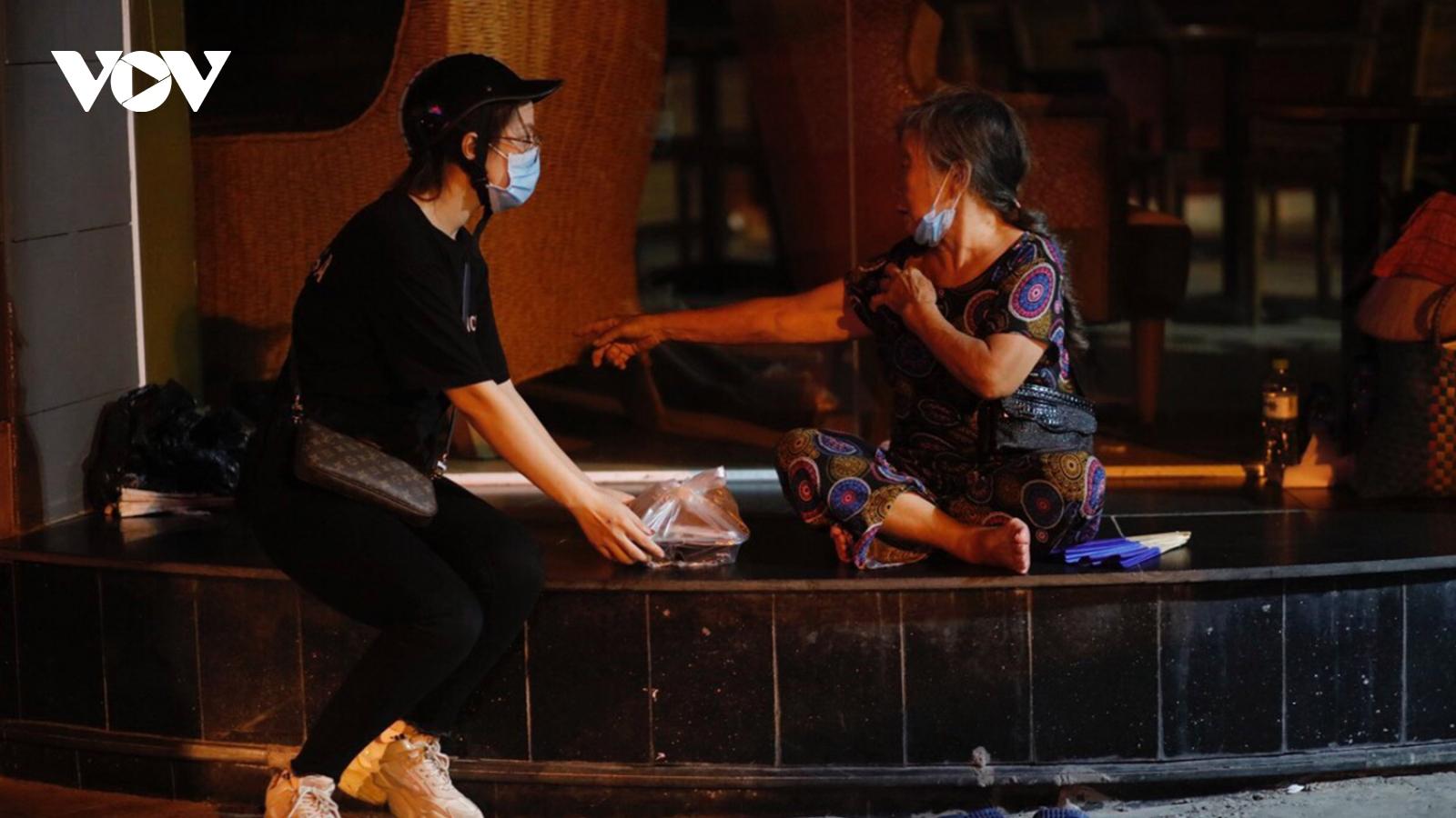 Người vô gia cư, người lao động xúc động nhận suất cơm 0 đồng trong đêm