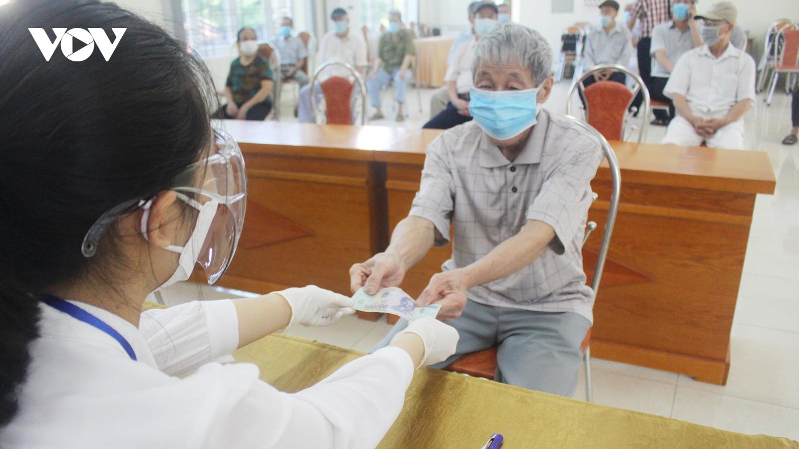 Người có công, người nghèo…ở Hà Nội nhận được tiền hỗ trợ