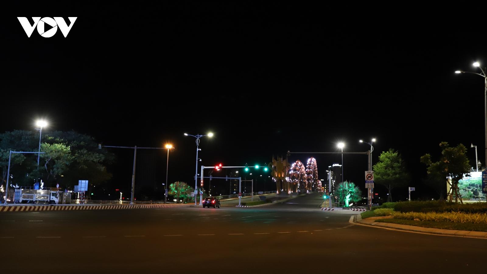 Đà Nẵng vắng lặng đêm đầu tiên giãn cách xã hội toàn thành phố
