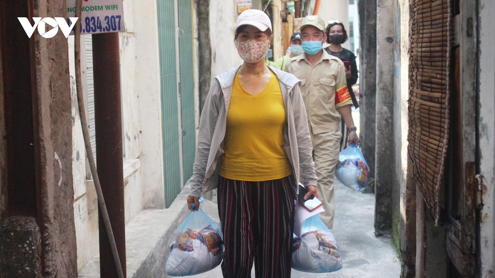 Hà Nội: Trao nhu yếu phẩm cho những người có hoàn cảnh khó khăn