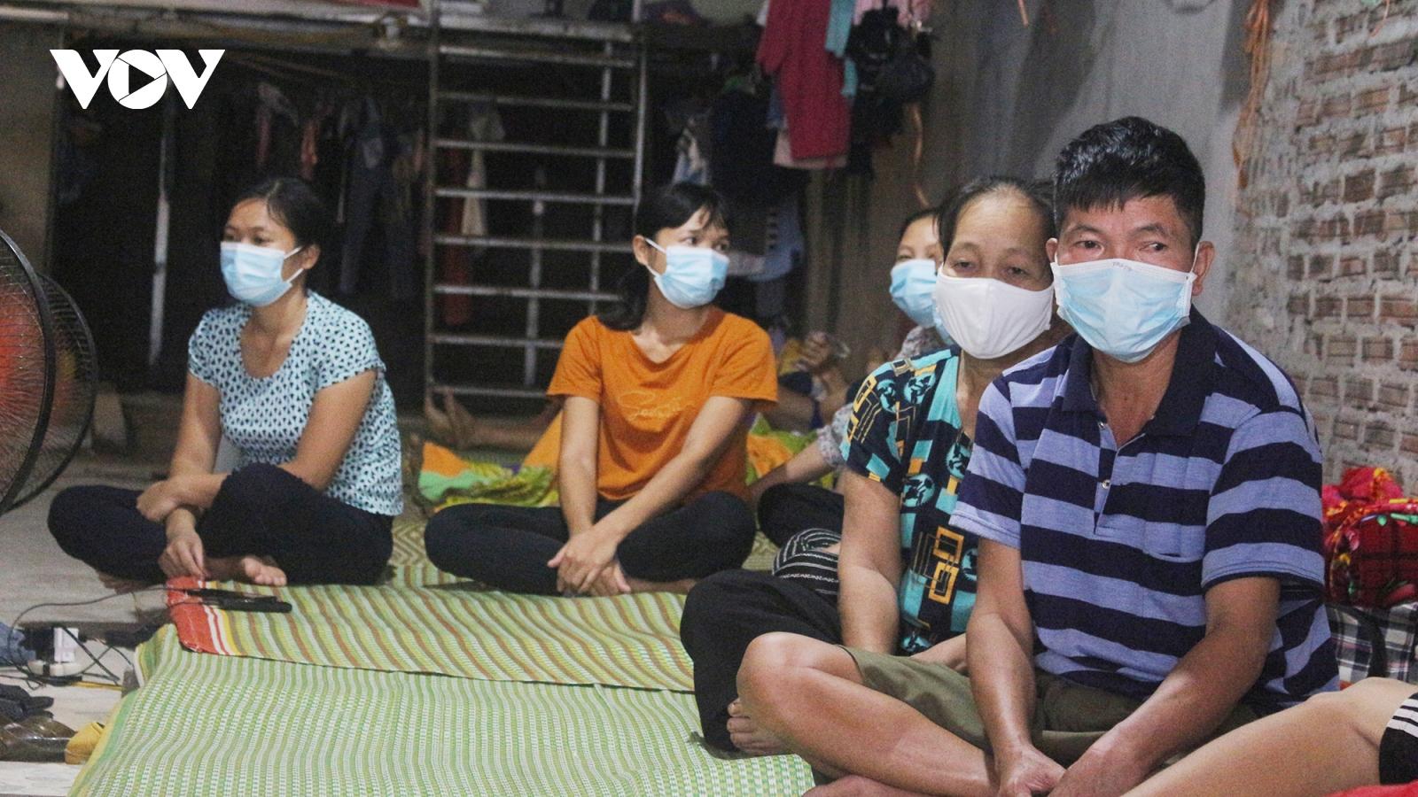 """Cận cảnh cuộc sống của những lao động """"mắc kẹt"""" ở Hà Nội do dịch Covid-19"""