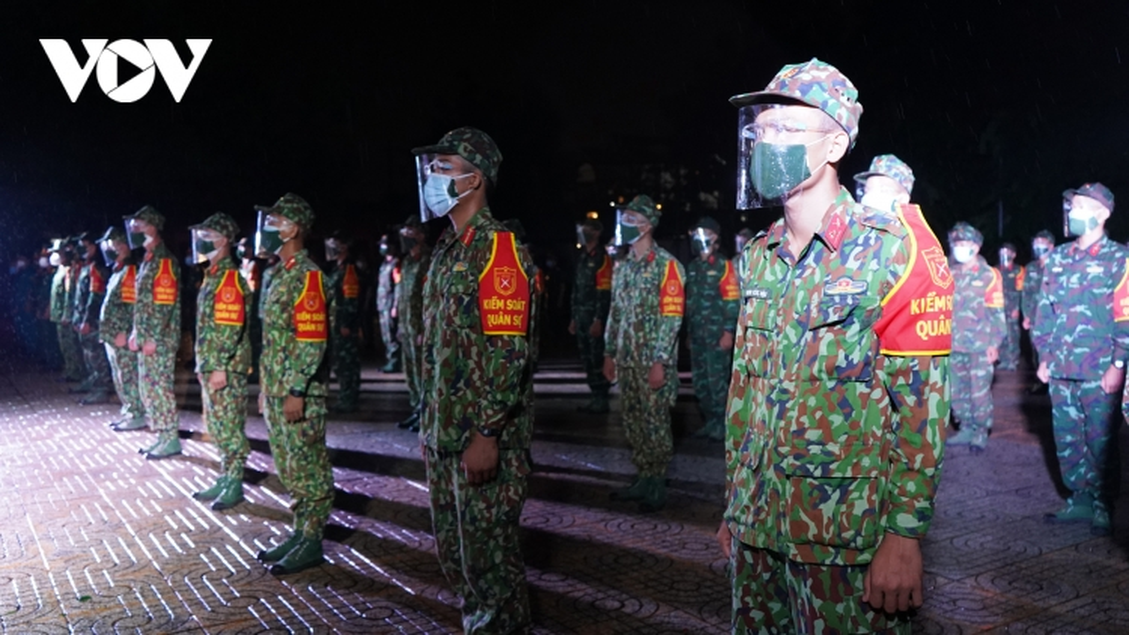Ảnh: Lực lượng quân đội, công an trong đêm đầu tiên hỗ trợ TP.HCM chống dịch Covid-19