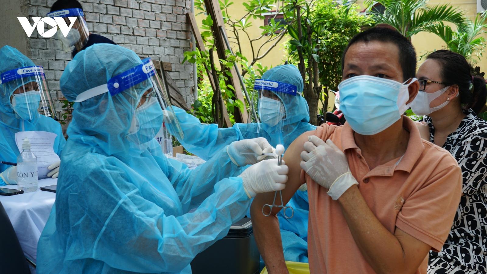 Cácđội tiêm lưu động tiếp tục tiêm vaccine cho người dân khu phong toả ở TP.HCM