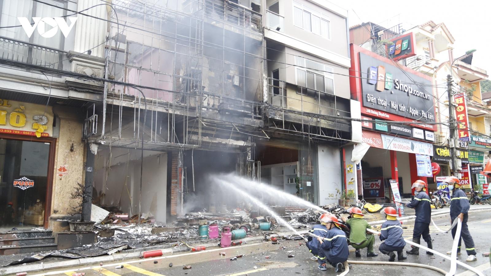 Hàng loạt bình gas phát nổ sau khi lửa bùng lên tại một cửa hàng gas ở Sa Pa