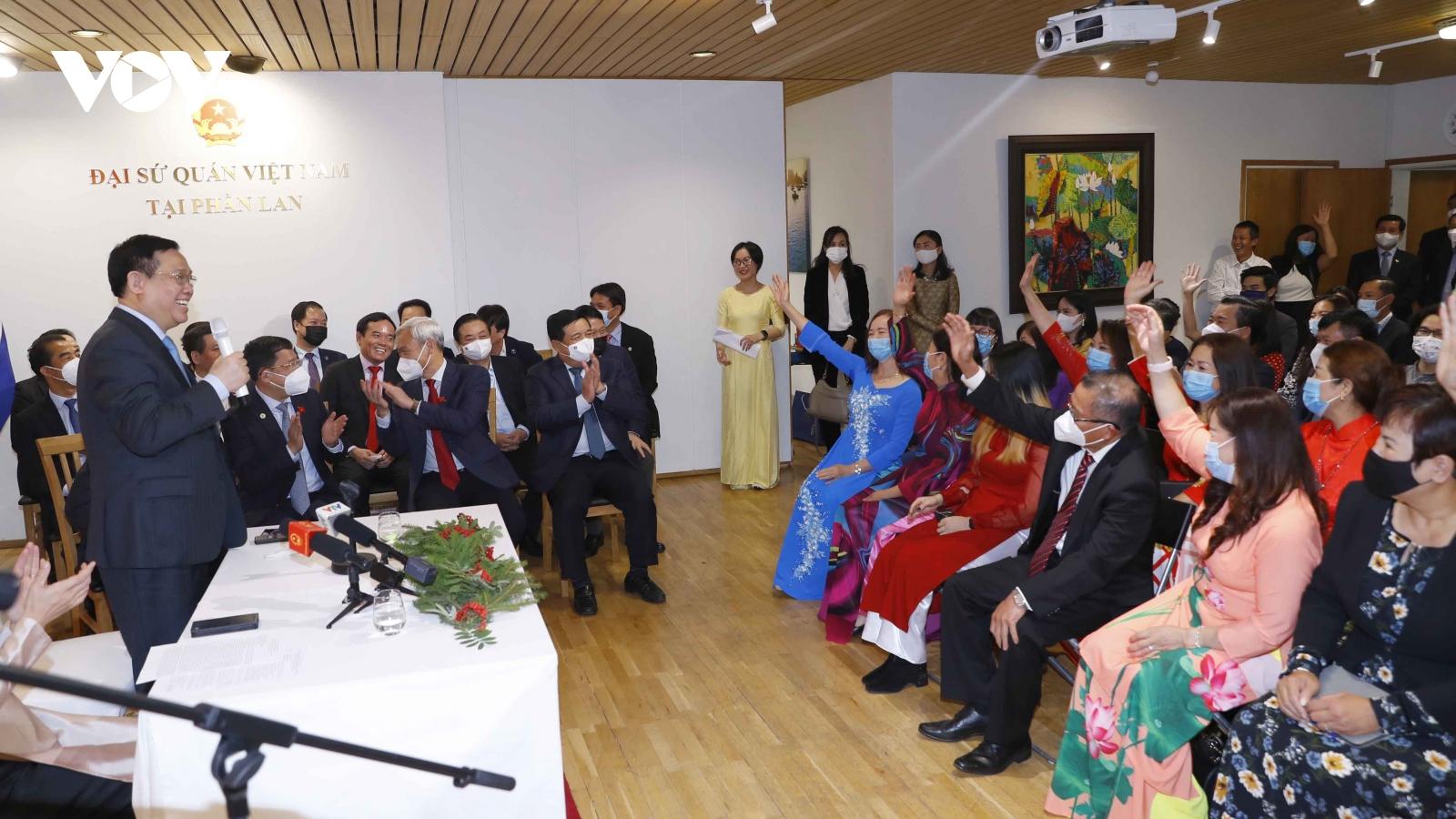 Chủ tịch Quốc hội thăm Đại sứ quán và gặp cộng đồng người Việt Nam tại Cộng hòa Phần Lan