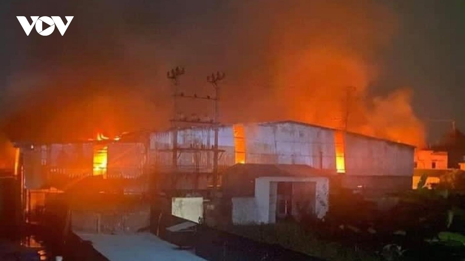 Cháy lớn thiêu rụi kho giấy rộng gần 800 m2 tại Hải Phòng