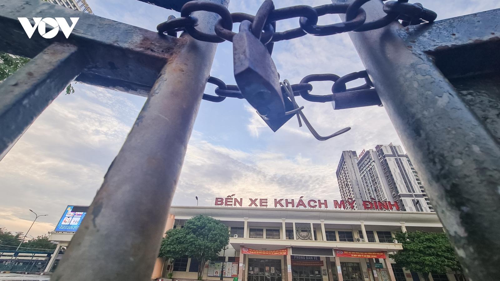 Quang cảnh vắng lặng tại các bến xe ở Hà Nội trong thời gian giãn cách xã hội