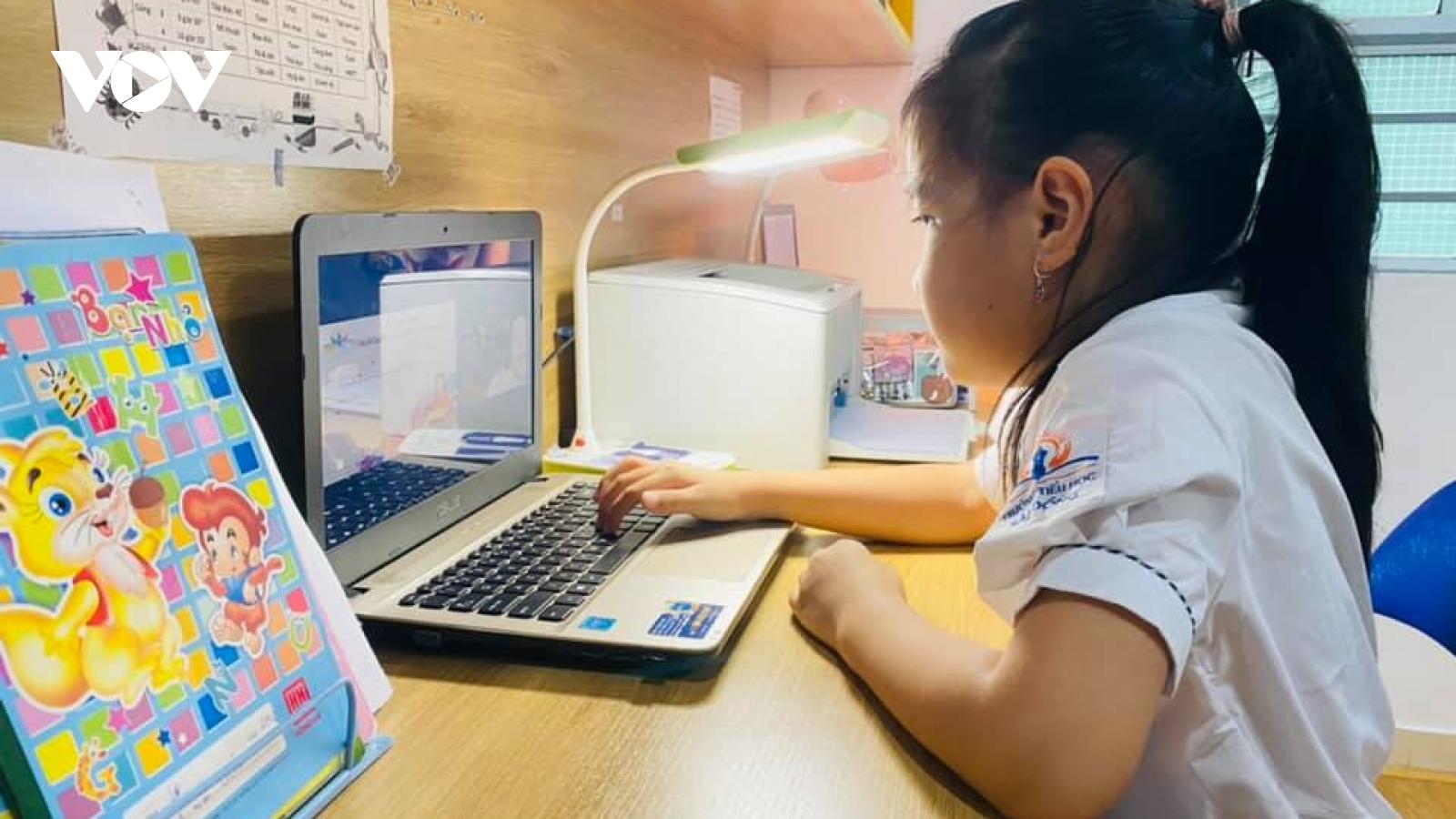 """Học trực tuyến, giáo viên phải là """"người bạn"""" cùng chơi, cùng học với trẻ"""