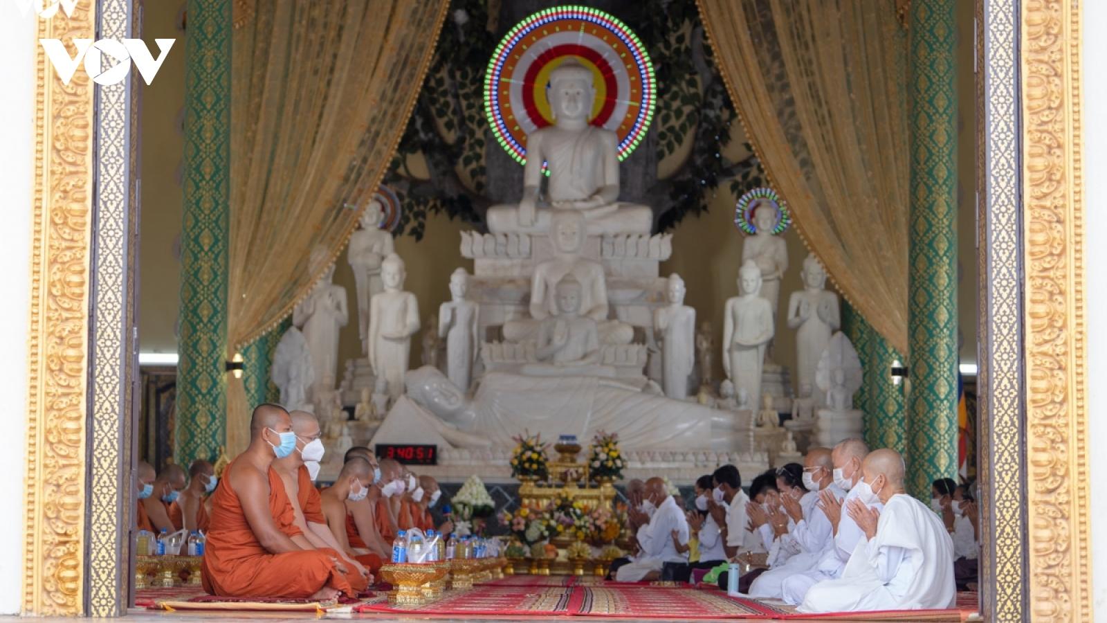 Chính phủ Campuchia khẩn cấp ra lệnh tạm dừng mọi hoạt động tôn giáo