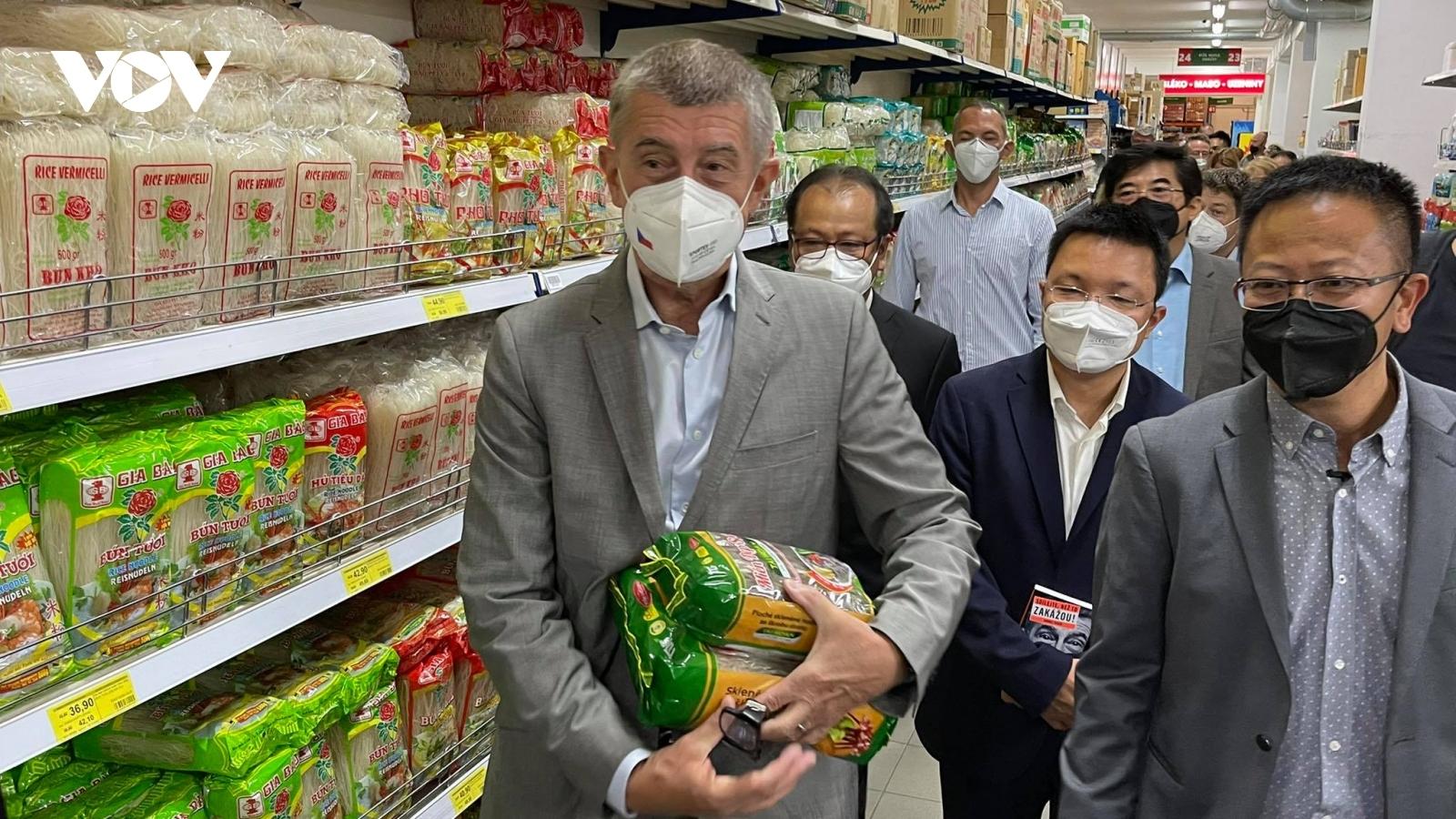 Thủ tướng Séc cắt tóc và mua sắm tại Trung tâm thương mai của người Việt ở Praha