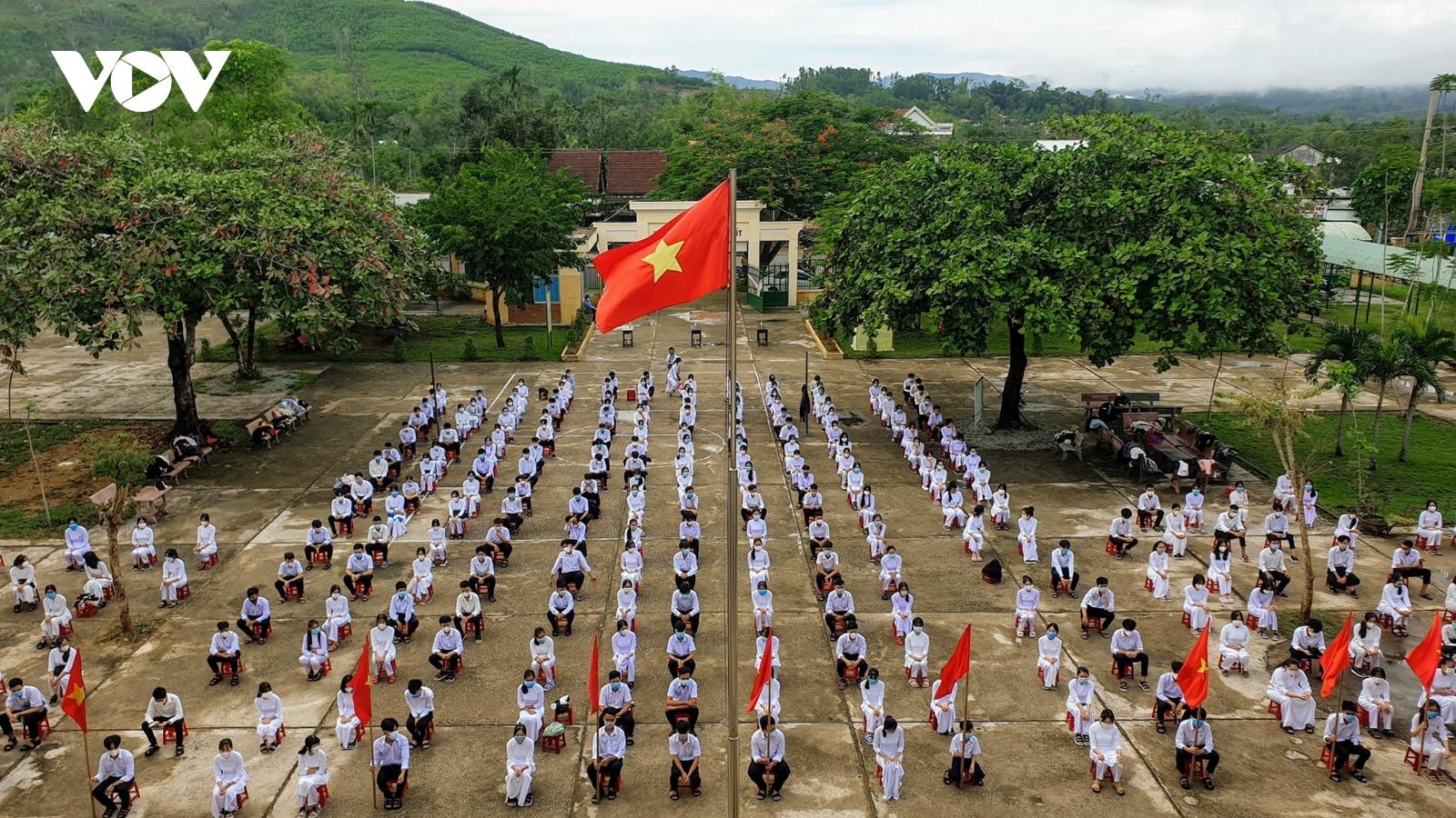 """Học sinh miền Trung bắt đầu năm học """"dừng đến trường nhưng không dừng học"""""""