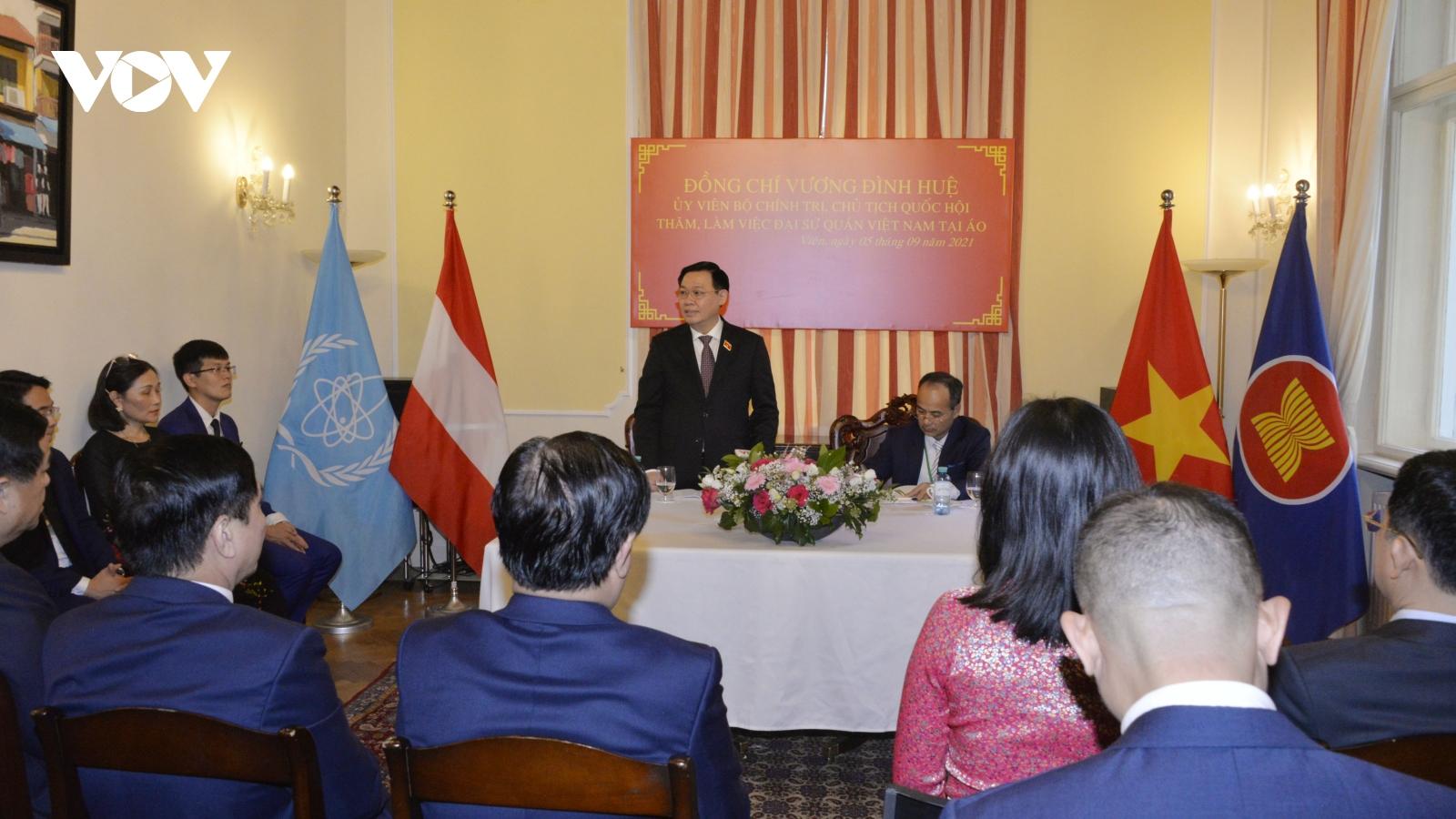 Chủ tịch Quốc hội gặp đại diện cộng đồng người Việt Nam tại 6 nước Trung Đông Âu