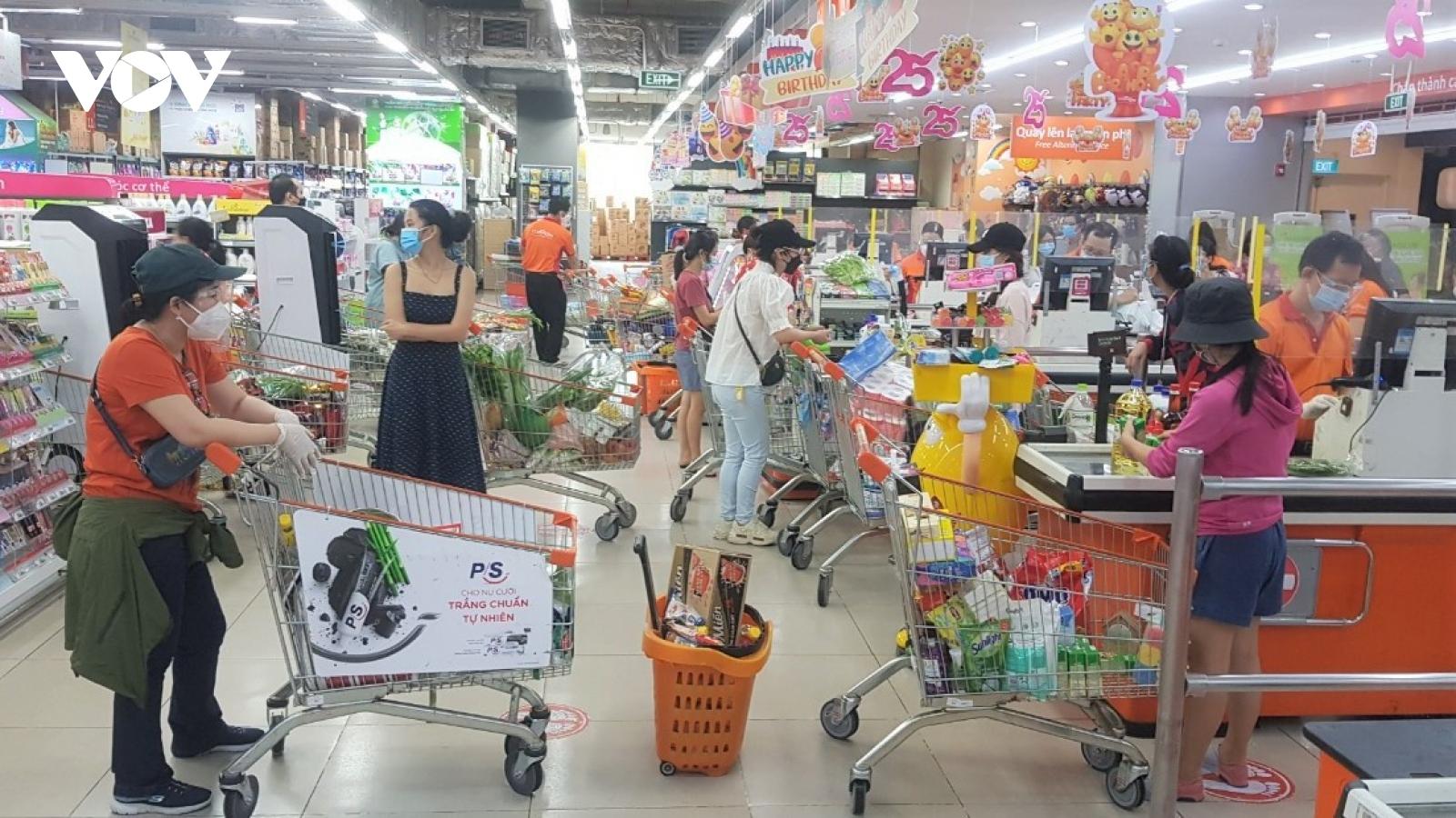 Người tiêm 2 mũi vaccine phấn khởi đi chợ, siêu thị ở vùng xanh Quận 7, TP.HCM