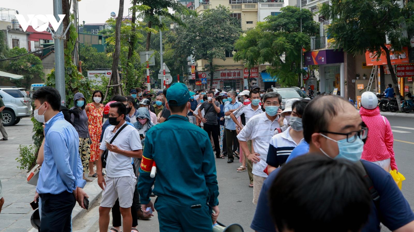Xếp hàng rồng rắn mua bánh Trung thu truyền thống ở Hà Nội giữa thời dịch bệnh