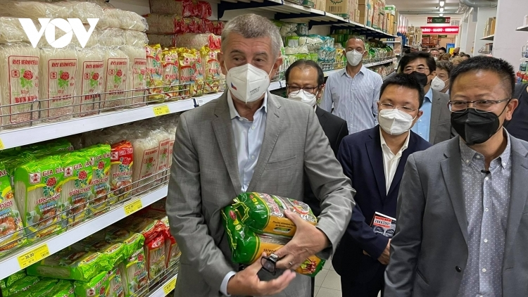 Czech PM has haircut, shops at Vietnamese owned trading centre in Prague
