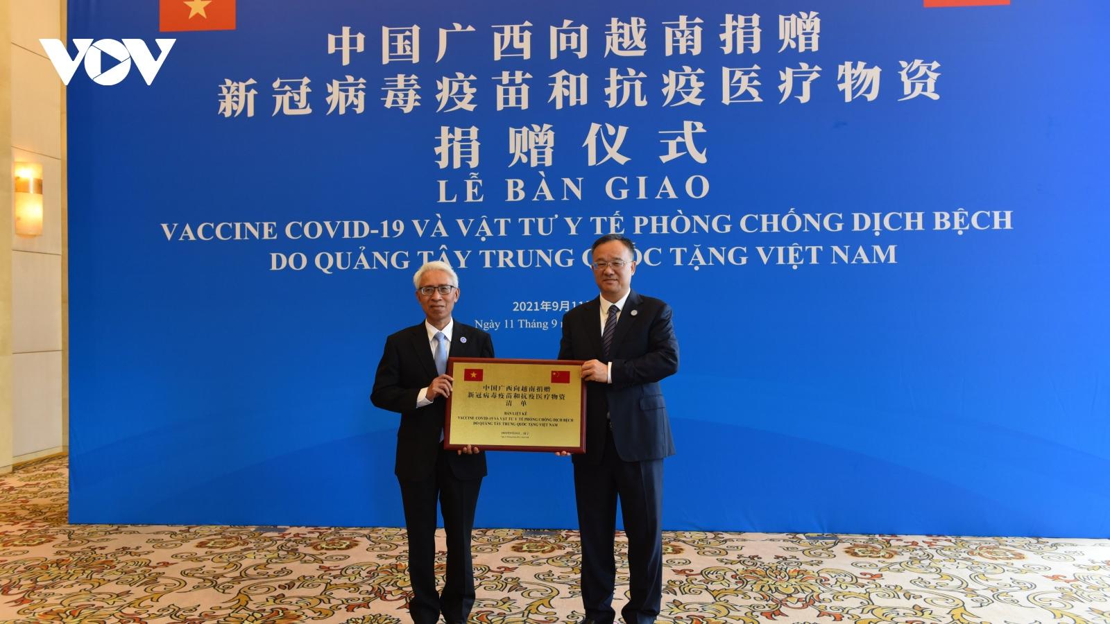 Quảng Tây (Trung Quốc) trao tặng 800.000 liều vaccine và thiết bị y tế phòng Covid-19